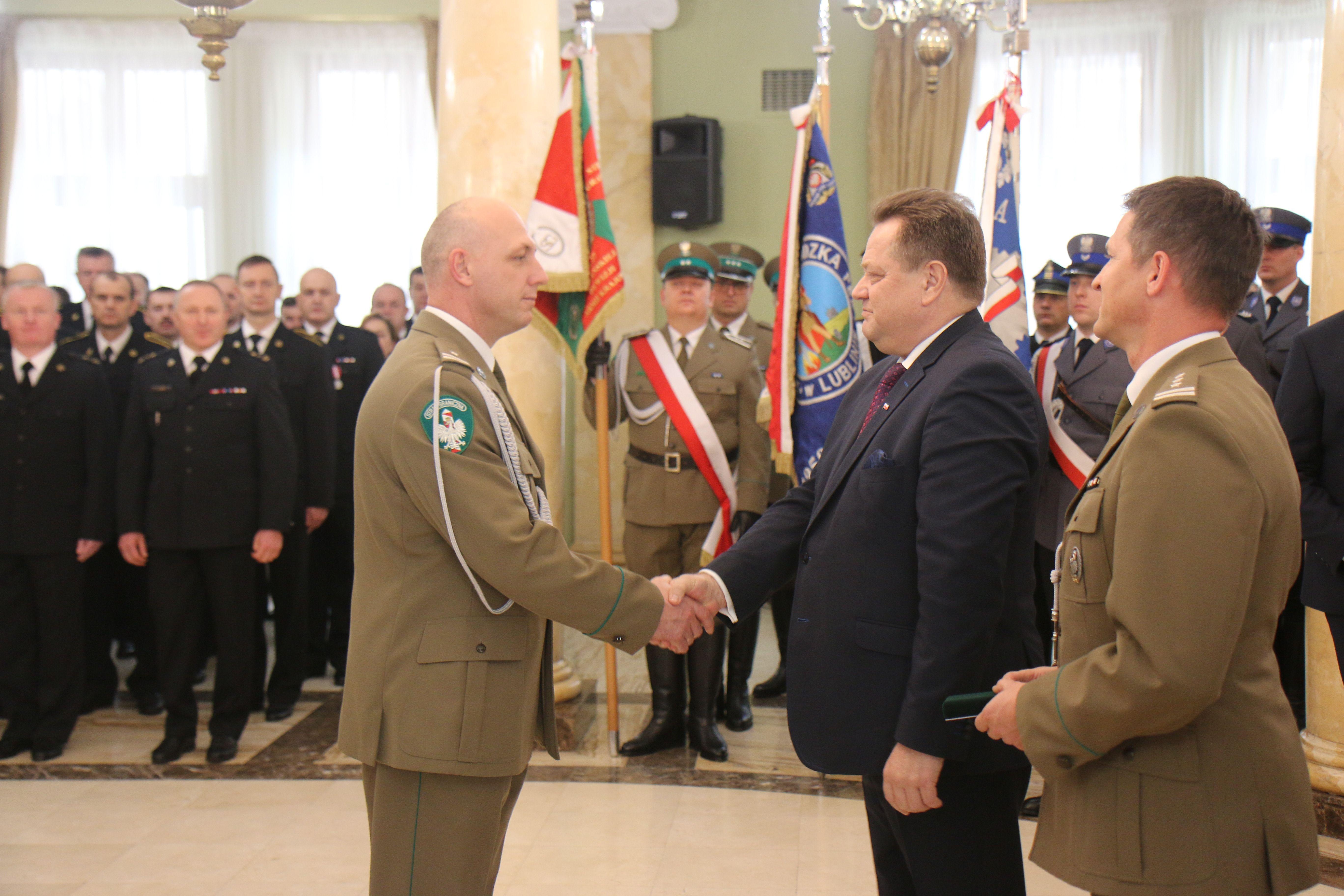 Wiceminister Jarosław Zieliński nagrodził funkcjonariuszy służb mundurowych