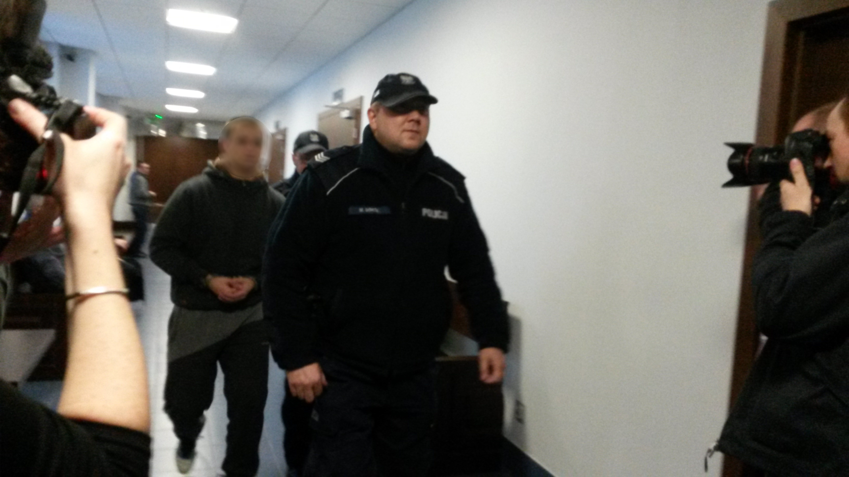 Za zamkniętymi drzwiami rozpoczął się proces Tomasza W. 21-latek oskarżony jest m.in. o gwałt na 13-letniej dziewczynce