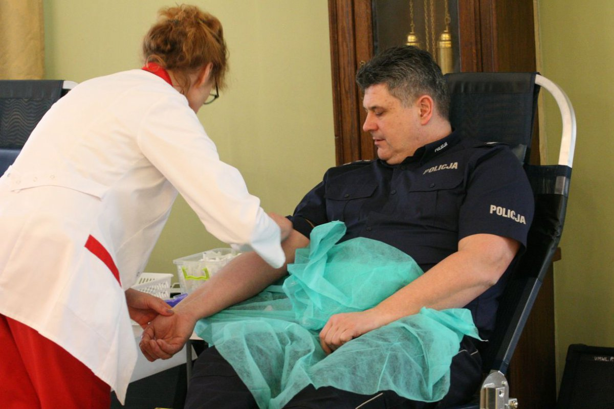 """Jeden człowiek może pomóc aż trzem osobom. W Lubelskim Urzędzie Wojewódzkim odbyła się główna zbiórka krwi w ramach ogólnopolska akcji """"spoKREWnieni służbą"""""""