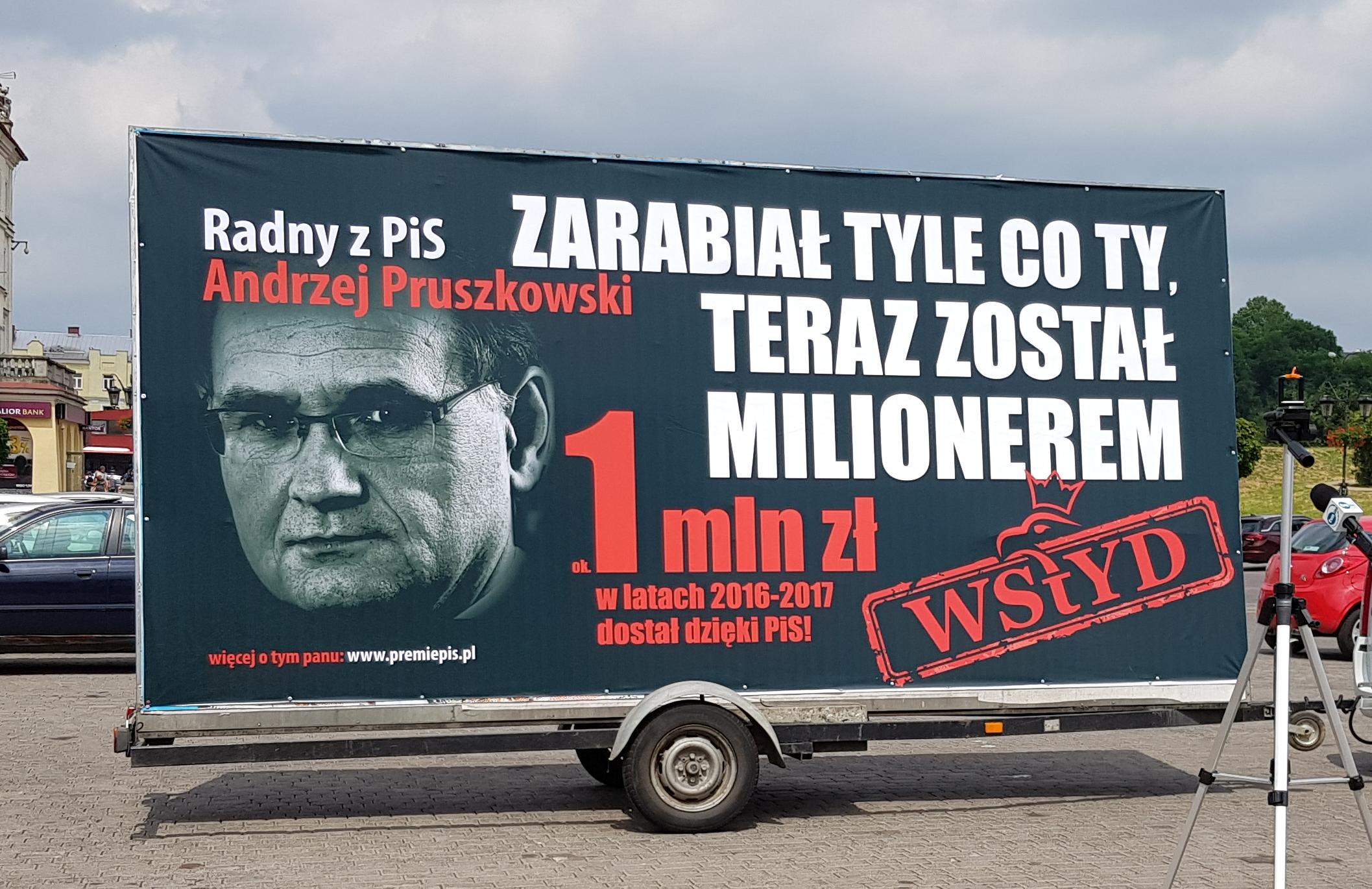 Zarabiał tyle co Ty, teraz został milionerem – billboardy z takimi hasłami wyjechały w Polskę