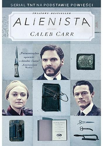 """""""Są w życiu chwile, gdy człowiek czuje się tak, jakby wszedł w trakcie przedstawienia do niewłaściwego teatru."""" – recenzja książki """"Alienista"""" Caleba Carra"""