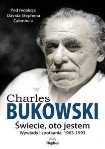 """""""Jeśli nie wydarzy się nic szczególnego, pijesz po to, żeby coś działo się więcej"""" – recenzja książki """"Świecie, oto jestem. Wywiady i spotkania, 1963—1993"""" Charlesa Bukowskiego"""